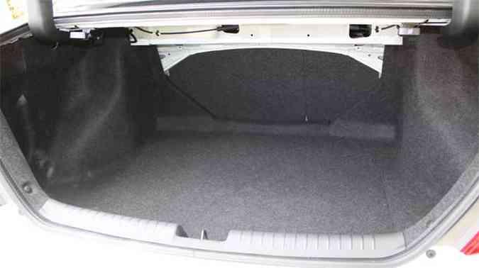 Porta-malas tem boa capacidade e é bem forrado(foto: Marlos Ney Vidal/EM/D.A Press)