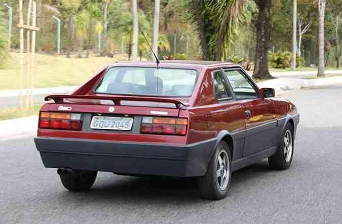 Traseira tem lanternas do antigo VW Gol e spoiler, que dá um toque de esportividade (foto: Marlos Ney Vidal/EM/D.A. Press)