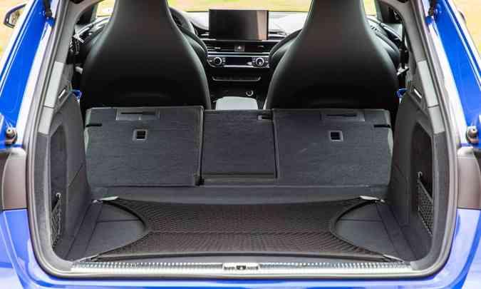 O porta-malas da perua tem capacidade de 505 litros com o banco traseiro na posição normal, mas com ele rebatido chega a 1.495 litros(foto: Audi/Divulgação)