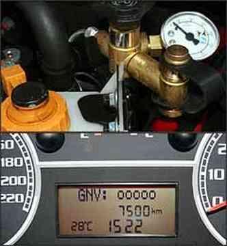 No compartimento do motor, é fácil o acesso para abastecimento do gás. Visor digital mostra o nível de gás natural nos cilindros.