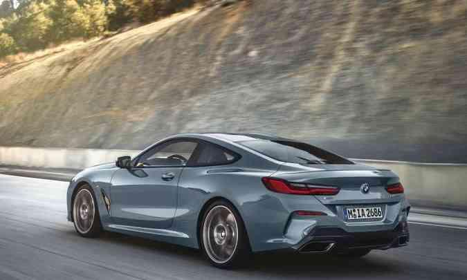 Na traseira, spoiler e difusor de ar ajudam a otimizar ainda mais a performance do cupê(foto: BMW/Divulgação)