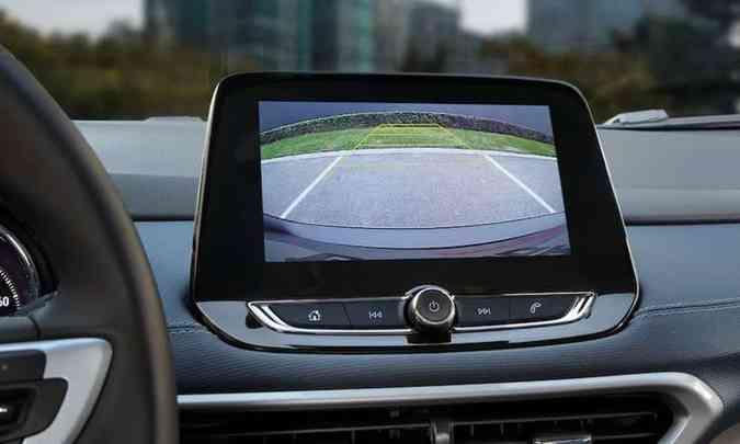 Na tela do MyLink o motorista vê as imagens da câmera de ré(foto: Chevrolet/Divulgação)