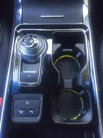 O câmbio funciona em um botão giratório no console, mas há também aletas pra trocas de marchas atrás do volante(foto: Enio Greco/EM/D.A Press)