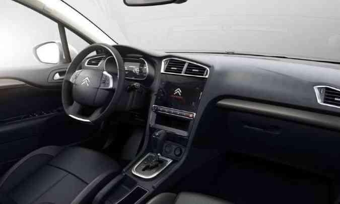 O interior tem acabamento sofisticado, com comandos à mão(foto: Citroën/Divulgação)