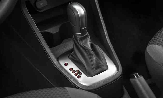 O câmbio automático de seis marchas tem modo sport e opção de trocas por meio da alavanca ou nas aletas atrás do volante(foto: Pedro Dhantas/Volkswagen/Divulgação)