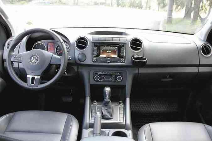 Motorista conta com conforto de automóvel no interior da picape, que tem vários comandos no volante