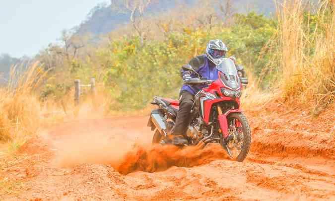 A eletrônica permite ajustar o motor para encarar terrenos arenosos(foto: Caio Mattos/Honda/Divulgação)