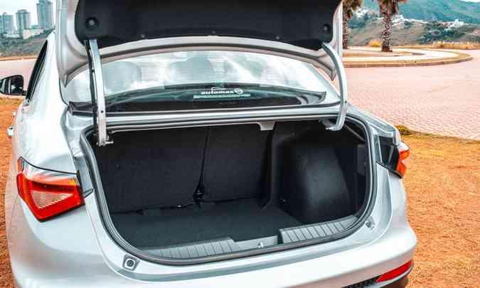 Com 525 litros de capacidade, o porta-malas é destaque no Cronos, apesar das alças da tampa(foto: Jorge Lopes/EM/D.A Press)