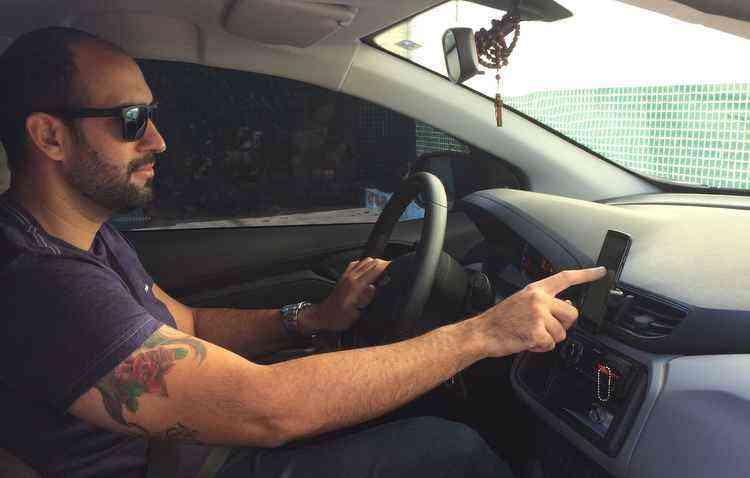 Motorista de Uber Daniel Luiz utiliza mais o Google Maps, que mostra imagens reais das ruas - Débora Eloy // Esp. DP