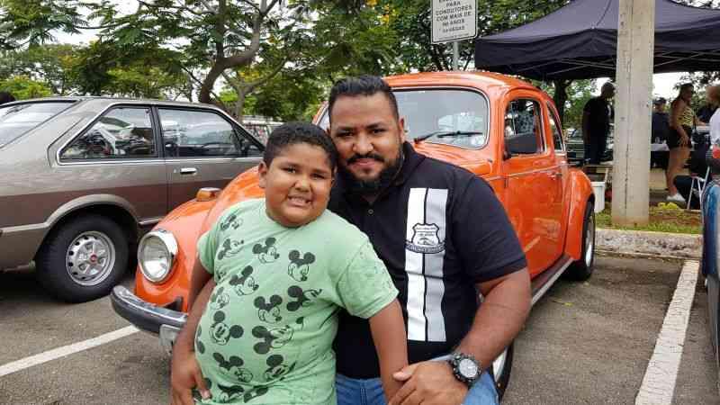 Pai e filho no Encontro de Veículos Antigos do Parque da Cidade - Geison Guedes/Esp. CB/D.A Press