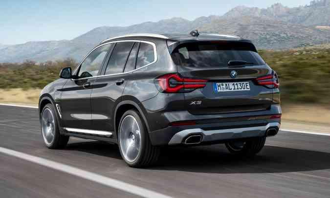 Na traseira, o para-choque tem novo desenho e traz molduras para as saídas do escapamento(foto: BMW/Divulgação)