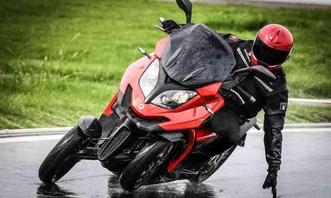 O sistema de suspensões permite inclinações, como em um scooter convencional(foto: Quadro Vehicles/Divulgação)