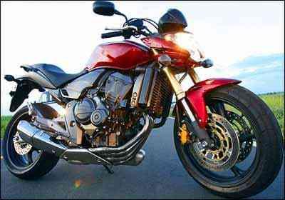 Visual foi turbinado, com farol diferente, minicarenagem e farolete traseiro - Honda/Divulgação