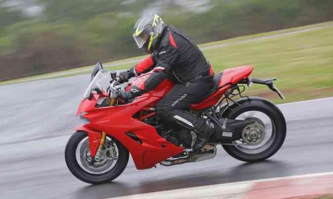 A posição de pilotagem menos radical permite rodar no dia a dia(foto: Mário Villaescusa/Ducati/Divulgação)