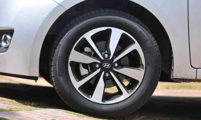Rodas de liga leve de 15 polegadas calçam pneus 185/60(foto: Gladyston Rodrigues/EM/D.A Press)