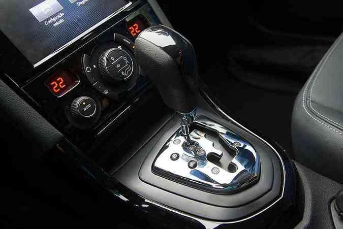 Câmbio automático de seis velocidades e ar-condicionado digital bizona(foto: Thiago Ventura/EM/D.A Press)