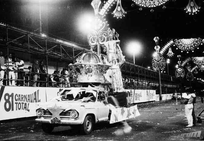 Chevrolet C10 abre alas em desfile das escolas de Samba na Afonso Pena em 1981(foto: Arquivo Público Municipal/PBH)