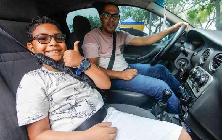 Everaldo é quem transporta, com um cuidado especial, o filho Thiago no dia a dia. FOTO: Peu Ricardo / DP  - Washington acompanha o filho Vinícius nos tratamentos. FOTO: Thalyta Tavares / Esp. DP