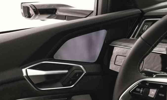 ...e projeta a imagem na pequena tela instalada nos painéis da portas dianteiras, acima da maçaneta(foto: Audi/Divulgação)