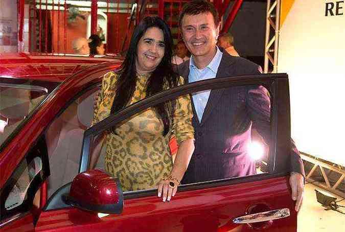 Regina Celi, presidente do Salgueiro, e François Dossa, presidente da Nissan do Brasil, durante a cerimônia de anúncio(foto: Nissan/Divulgação)