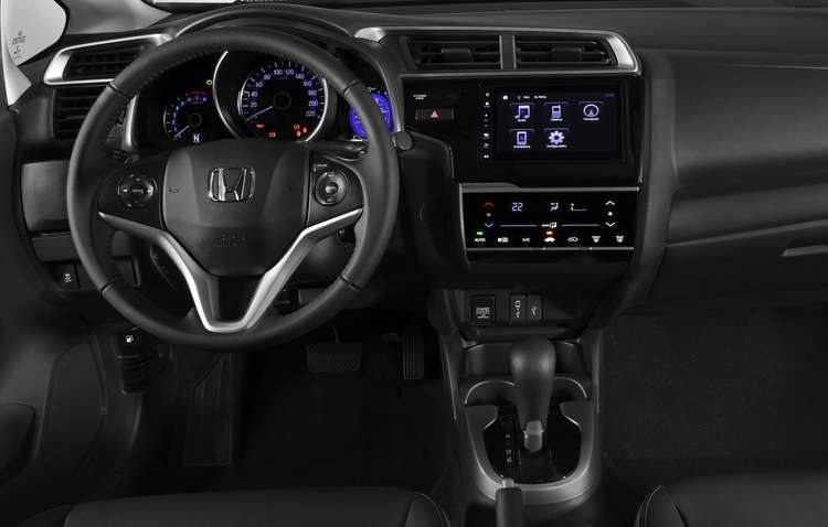 Interior deixa a desejar em alguns aspectos, como a falta de sensor de chuva e de faróis automáticos - Bruno Vasconcelos / DP