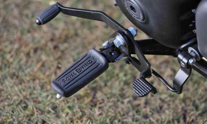 O pedal de câmbio pode ser operado com o calcanhar(foto: Mário Villaescusa/Royal Enfield/Divulgação)