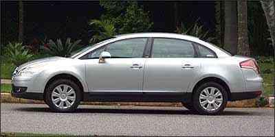 Visto de lado, este Citroën impressionada pelo volume da carroceria - Marlos Ney Vidal/EM