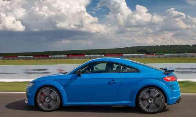 Com rodas de alumínio de 19 polegadas e enormes discos de freio com pinças vermelhas, o TT RS não nega a esportividade(foto: Audi/Divulgação)