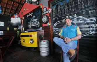 Marcos Araújo é proprietário do bar Garage M Power e decorou o estabelecimento com, entre outras coisas, peças de uma Kombi 1986(foto: Thalyta Tavares / ESP DP)