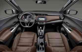 Cabine de luxo com o marrom em alta no mercado garantindo equilibro e destaque para o painel com central multimídia de sete polegadas(foto: Nissan / Divulgação)