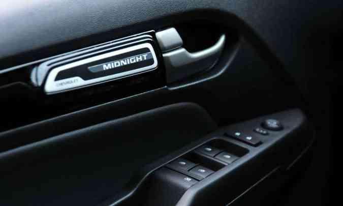 A versão Midnight está identificada em várias partes da picape, inclusive nas portas dianteiras(foto: Gladyston Rodrigues/EM/D.A Press)