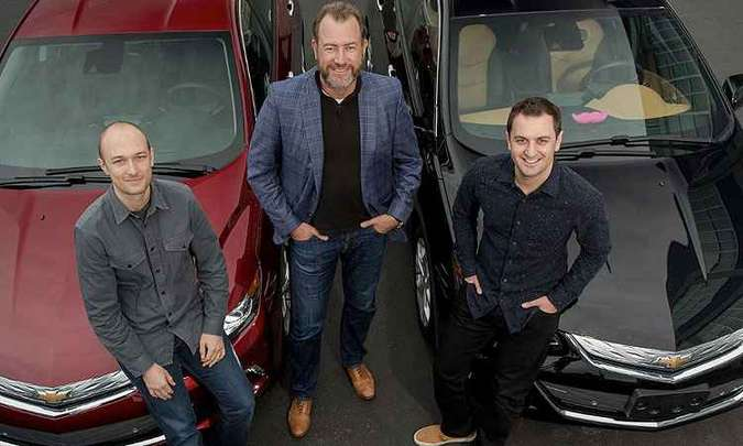 Presidente da GM, Dan Ammann (centro), ao lado dos fundadores da Lyft John Zimmer (direita) e Logan Green (esquerda)(foto: GM/Divulgação)