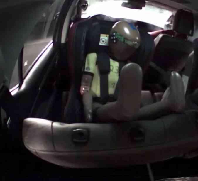 Comportamento do assento no teste de impacto lateral(foto: Latin NCAP/Reprodução)