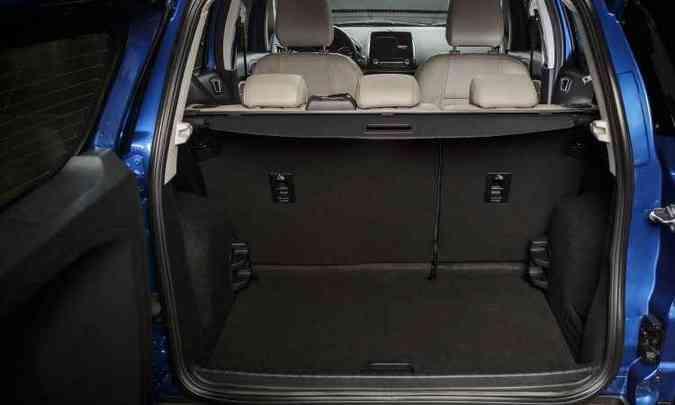 Porta-malas não oferece muito espaço(foto: Ford/Divulgação)