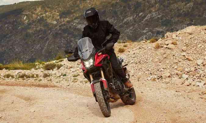 Já a Honda CB 500X tem estilo aventureiro e é a campeã de vendas da família(foto: Honda/Divulgação)