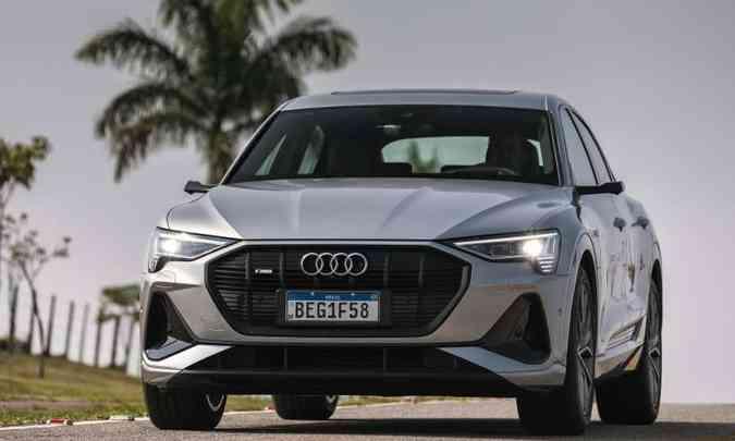 O SUV cupê 100% elétrico tem linhas fluidas e grade com sistema de abertura e fechamento, que favorece a aerodinâmica(foto: Audi/Divulgação)