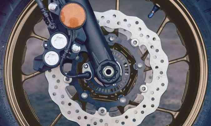 O s freios contam com sistema ABS, dois discos de 282mm de diâmetro do tipo wave na dianteira(foto: Yamaha/Divulgação)