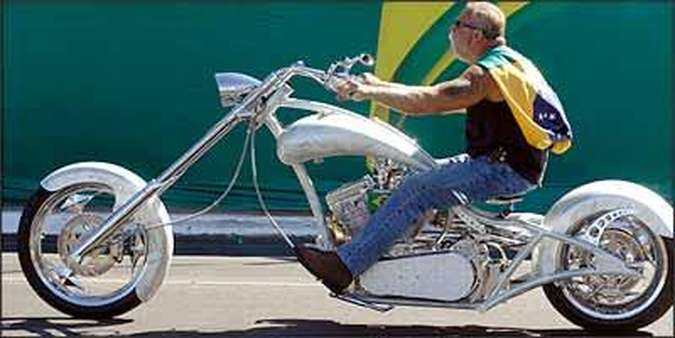 Paul Senior, do Orange County Choppers, desfilou com a moto que tem elementos inspirados nos traços das obras de Niemeyer(foto: Daniel Ferreira/CB - 7/9/07)