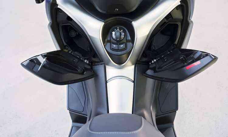 O scooter conta com dois porta-luvas no escudo frontal, com tomada de 12V para recarregar o celular - Yamaha/Divulgação