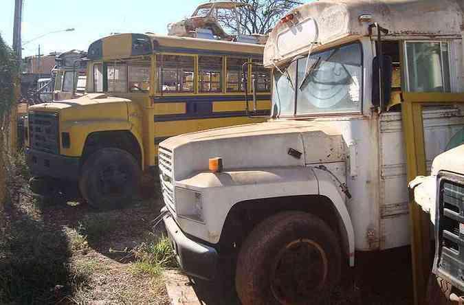 Veículos remanescentes da Prefeitura de Gurupi repousam em ferro-velho em Itaúna, no Centro-Oeste do estado(foto: Bruno Freitas/EM/D.A Press)