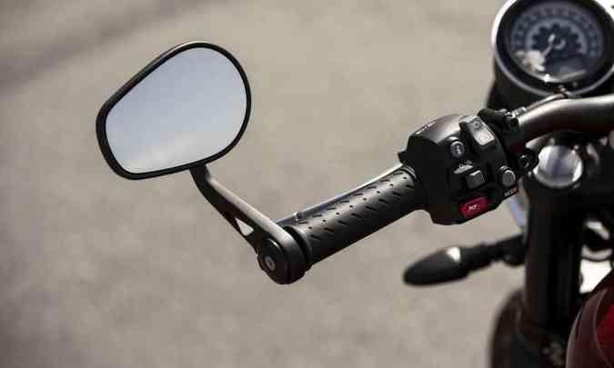 Os espelhos retrovisores ficam nas extremidades do guidão(foto: Triumph/Divulgação)