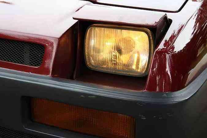Detalhe interessante são os faróis escamoteáveis, que foram herdados do Fiat 147(foto: Marlos Ney Vidal/EM/D.A. Press)