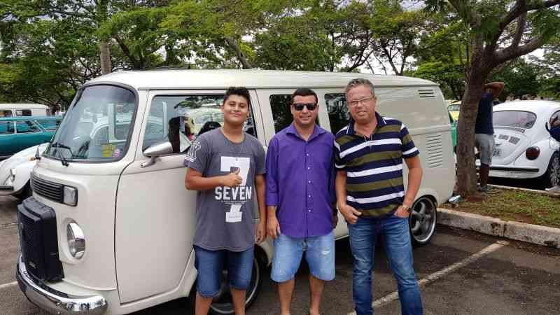 Amigos curtem o Encontro de Veículos Antigos do Parque da Cidade - Geison Guedes/Esp. CB/D.A Press