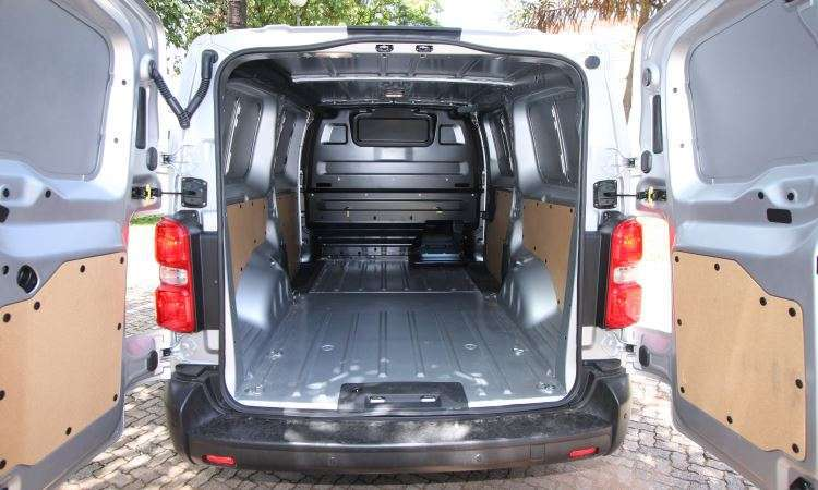 Compartimento de carga tem dois pontos de iluminação, tomada 12V e estrutura para customizar o espaço - Edésio Ferreira/EM/D.A Press