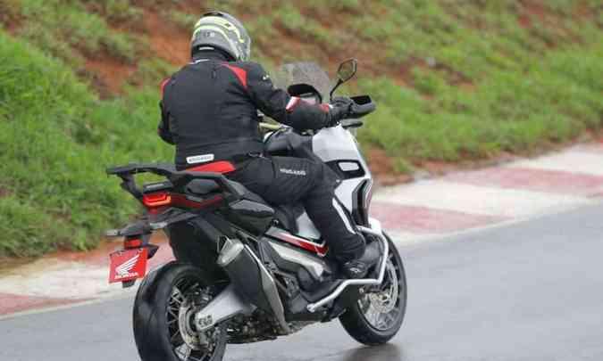 A suspensão dianteira é invertida e a traseira, mono, em balança de alumínio(foto: Mário Villaescusa/Honda/Divulgação)