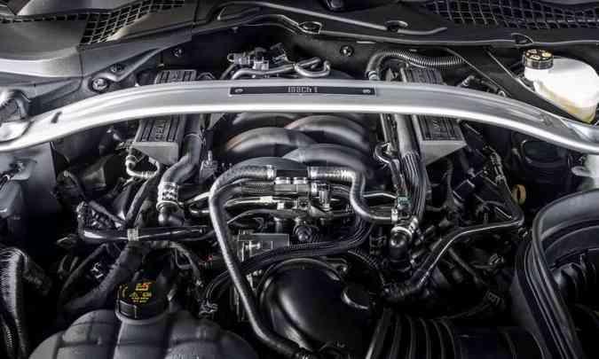 O motor V8 5.0 litros Coyote traz a barra transversal da versão Bullitt(foto: Ford/Divulgação)