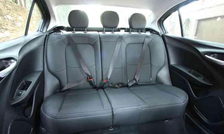 Segurança básica para todos no banco traseiro: cintos de segurança de três pontos, apoios de cabeça e sistema Isofix para fixar assento infantil - Edésio Ferreira/EM/D.A Press