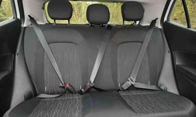 Banco traseiro tem os dispositivos de segurança para três passageiros, mas conforto para dois(foto: Jair Amaral/EM/D.A Press)