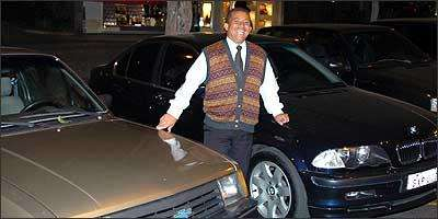 Marcos Antônio, o Ferrugem, posiciona os mais caros na porta, sonha com uma BMW, mas não faz pouco do seu Chevette de 1990 - Fotos: Jorge Gontijo/EM - 25/8/06