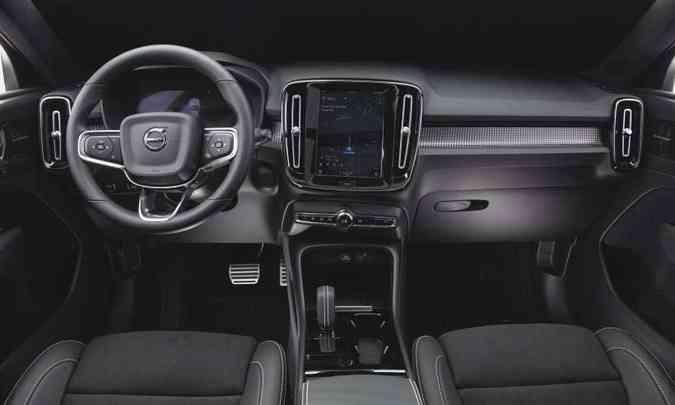 O interior segue o padrão Volvo de acabamento, com materiais sofisticados e multimídia moderna(foto: Fábio Aro/Volvo/Divulgação)